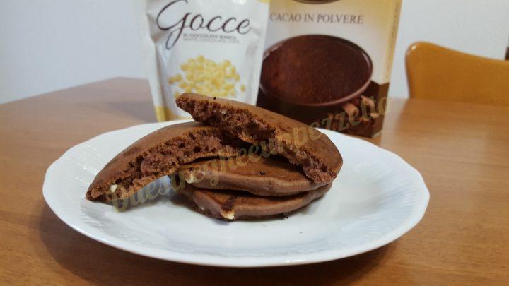 Pancakes cacao e gocce di cioccolato bianco